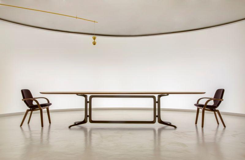 Mesa Legg e cadeiras Mia, de Jader Almeida