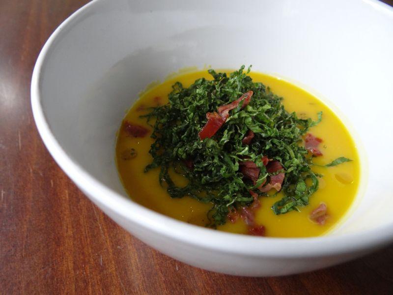 Um dos pratos elaborados pelos alunos para o cardápio das terças, no Emporium Bocaiúva, será o creme de abóbora com crispy de couve e presunto de parma